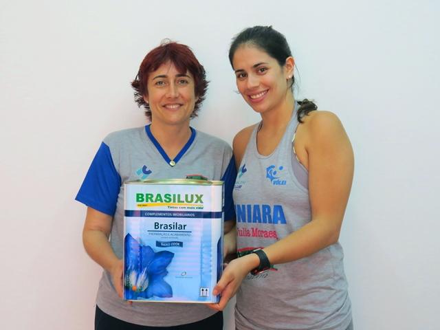 A técnica da equipe, Sandra Mara Leão, e a preparadora física, Samanta Santos, posam com produto Brasilux